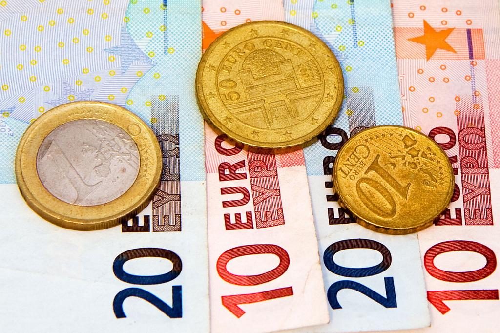 Dinar miruje: Evro danas 117,9693 po srednjem kursu