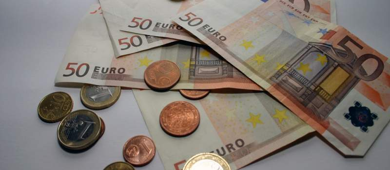 Dinar danas nastavlja rast, kurs 122,8282
